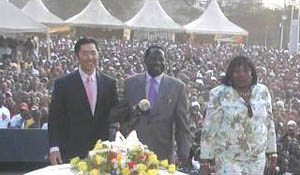 Prime Minister Raila Odinga and his wife Ida introduce UPF Co-Chair Dr. Hyun Jin Moon to a large crowd of Kenyan youth and families at the Global Peace Festival in Nairobi