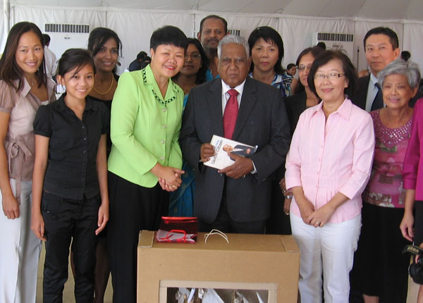 Singaporeans living in Mauritius meet with the President of Singapore, Hon. S.R. Nathan during his state visit to Mauritius.