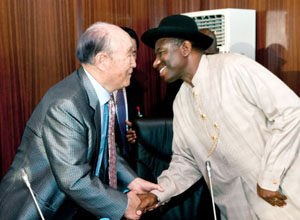 Father Moon shares a warm greeting with Nigerian President, Dr. Goodluck Jonathan.