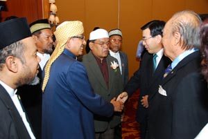 Dr.Chung Sik Yong, Regional Chair of UPF Asia welcomes Imam Prasan Sricharoen, representative of Chularajmontri