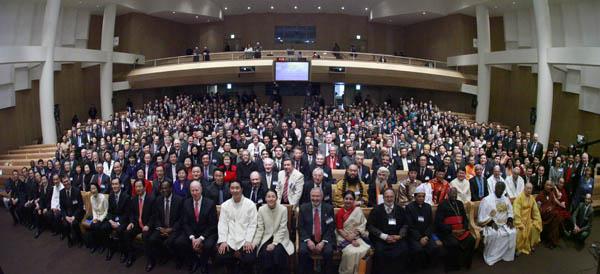 Делегаты конференции UPF на межрелигиозном пленарном открытии в сеульском  новом храме Чхонбоггун